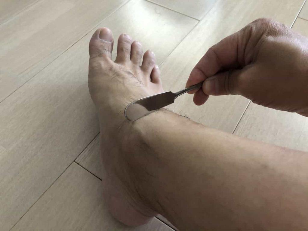 バターナイフで足首の腱鞘炎をマッサージ