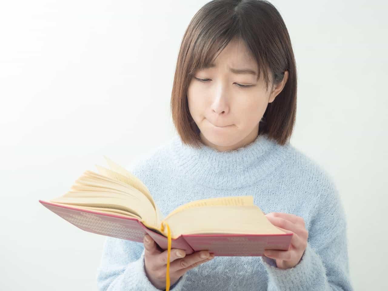 斜視で本が読めない女子